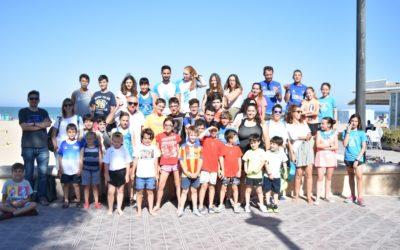 L'escola d'atletisme celebra a la platja el final dels entrenaments